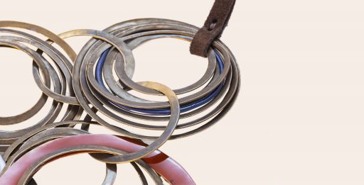 Cobc 08, Bronze Necklace with Resin and Bronze Rings, Detail | Majo